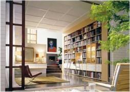 В корпусной мебели из устойчивых тенденций можно отметить большое количество открытых полок, ниш и стеллажей
