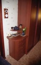 Боковую стенку шкафа можно украсить столиком под телефон
