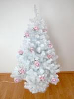Посмотрите, как красиво выглядит белая ёлка, украшенная розовыми цветами!