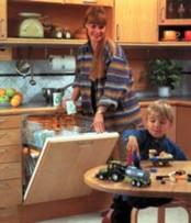 Встраиваемые посудомоечные машины хорошо вписываются в любую кухонную мебель