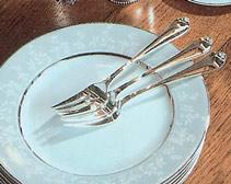 Небольшие трезубые вилки обычно предназначаются для мягких тортов и пирожных