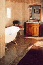 Если у вас в ванной комнате полы с подогревом, то лучше приобрести тумбу или шкафчик на ножках
