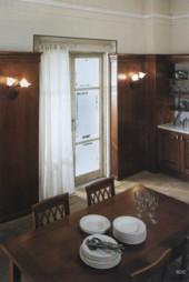 Когда выбирается стол для столовой, часто предпочтения отдаются натуральному дереву, особенно в классическом интерьере