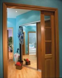 В фэн-шуй считается крайне негативным расположение зеркала прямо напротив входной двери