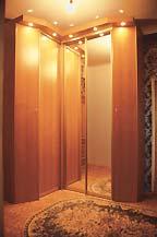 Прихожая: угловой шкаф с верхней подсветкой — сочетание раздвижных и распашных зеркальных створок и ДСП «под орех»
