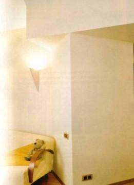 Cветильники скрыты за размещенным вдоль стен специальным выступом
